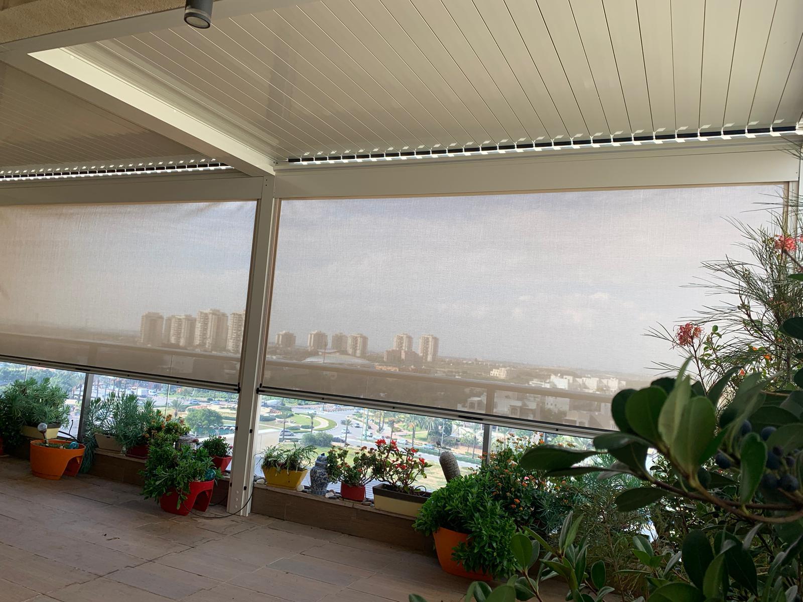 פרגולת אלומיניום למרפסת עם סוכך אנכי